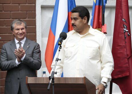 """Шефът на """"Роснефт"""" Игор Сечин с венецуелския президент Николас Мадуро, юли 2013 г."""