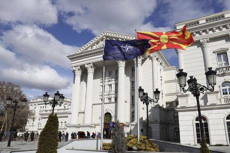 Когато премиерът Зоран Заев произнасяше реч за вдигането на флага на НАТО до македонското знаме, той го направи пред безименна сграда. Това бе правителството на Северна Македония, лишено от стария си надпис, но още очакващо нов.