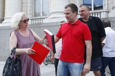 Синдикът на ПФК ЦСКА АД Дора Милева получава от Цветомир Найденов оздравителния план, който да внесе в съда през лятото на 2016 г.