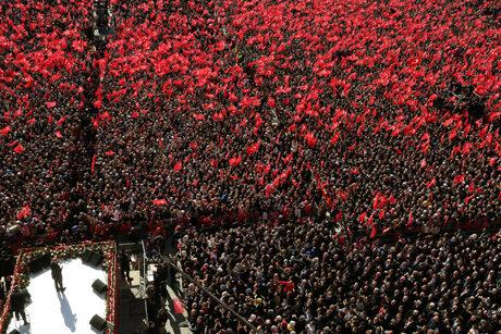 Поддръжници на управляващата Партия на справедливостта и развитието (ПСР) в Истанбул. Ердоган все още събира десетки хиляди на митингите си.