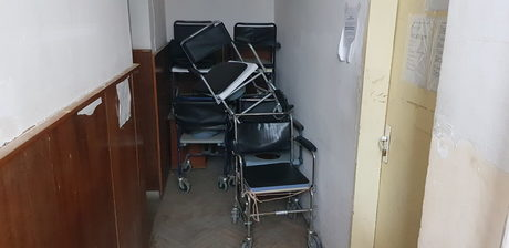 Повремедин инвалидни колички и санитарни столове са натрупани във всяка от чакалните