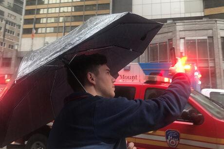 Хеликоптер се разби върху покрива на сграда в Манхатън, един човек загина