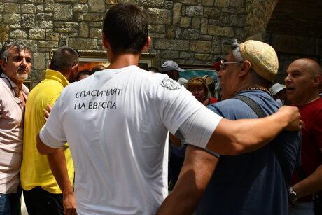 """Ивелин Михайлов (с тениската """"Спасителят на Европа"""")приема поздравления за идеята си"""