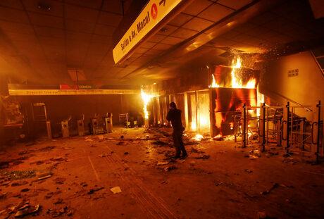 Бунтове и извънредно положение в Чили след поскъпване на билета за метро