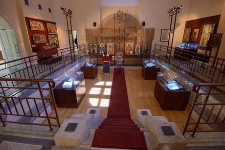 Икони и богослужебни книги са експонирани в музея за история на София в южната част на сградата.