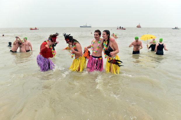 Десетки хора се включиха в традиционното гмуркане на Нова година в ледените води на Северно море в Остен, Белгия.