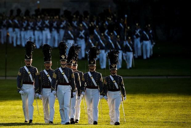 Снимка на деня: Военни почести за Джордж Буш-младши