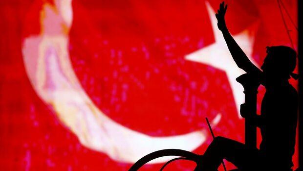 Трима младежи, призовали за светска Турция, бяха нападнати в мол