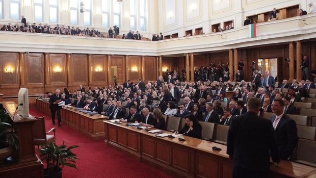 Народното събрание се захваща с бюджетите за здраве и за пенсии и с плащанията в брой