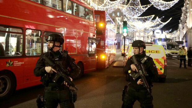 Въоръжена полиция евакуира централна станция на метрото в Лондон (обновена)