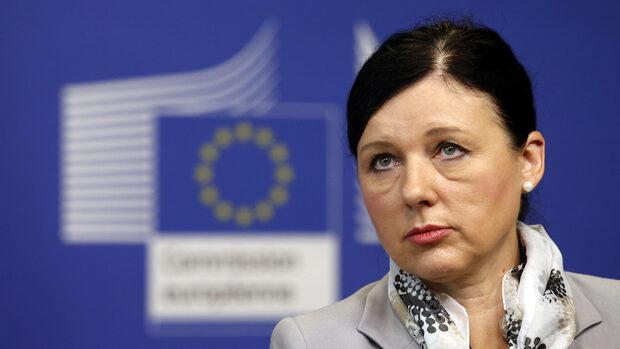 """Скандал като този с """"Фейсбук"""" ще струва скъпо в Европа при новите правила, предупреди Брюксел"""