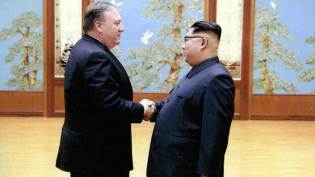 """Ким Чен-Ун освободи трима американци от затвора и одобри """"дата и място"""" за среща с Тръмп"""