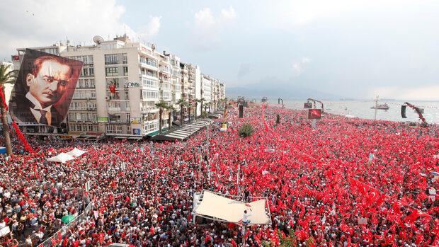 Десетки хиляди хора се събраха на митинг на турската опозиция в Измир
