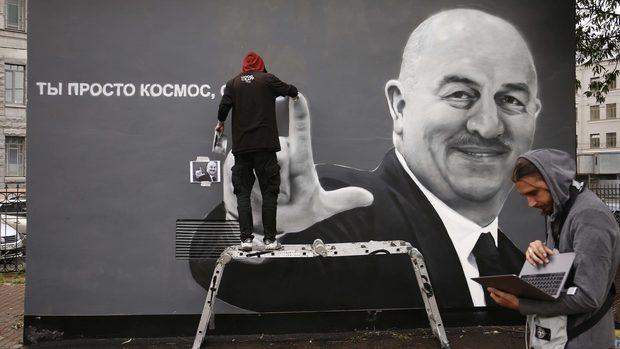 Снимка на деня: Две победи и си там - селекционерът на Русия беше почетен с графит