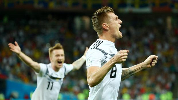 Германия възкръсна с човек по-малко и измъкна драматична победа срещу Швеция