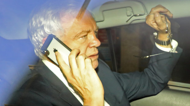 Оставката на британския министър за Брекзит няма да забави преговорите, смята Еврокомисията