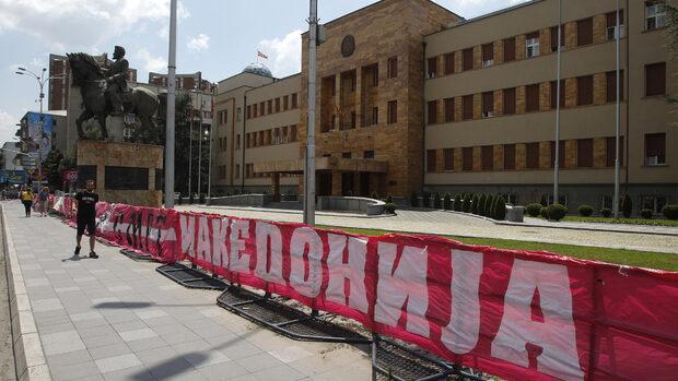 """Депутатите в Македония решават - """"да"""" на договора с Гърция или нови избори"""