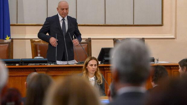 """В отсъствието на Борисов и """"Атака"""" парламентът смени Симеонов с началника на кабинета му"""