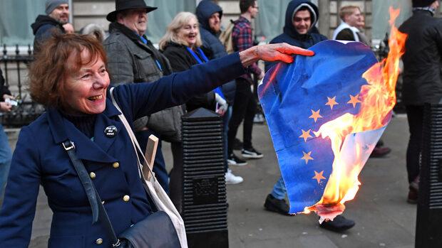 Великобритания започва спешна подготовка за Брекзит без сделка