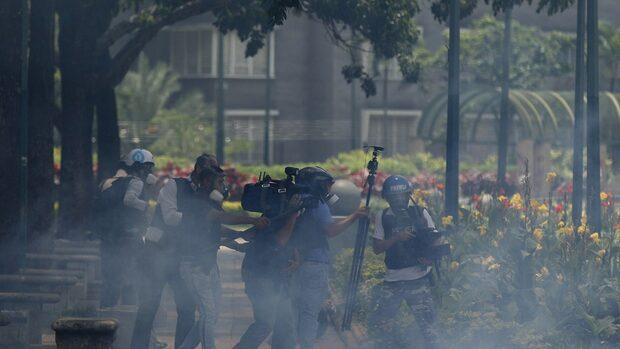 Близо 970 души са задържани при протестите във Венецуела, обявиха правозащитници