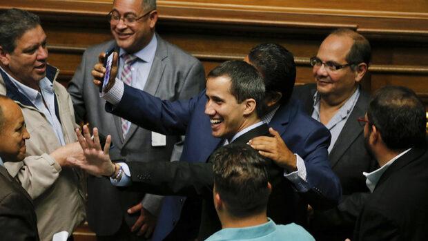 Венецуелският парламент гласува закон за преход към демокрация
