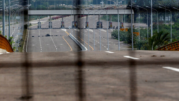Венецуелската армия не допуска 60 тона помощи през границата с Колумбия