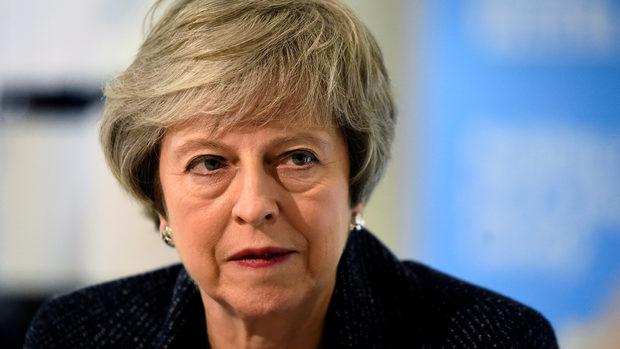 Мей отложи гласуването на сделката за Брекзит в британския парламент