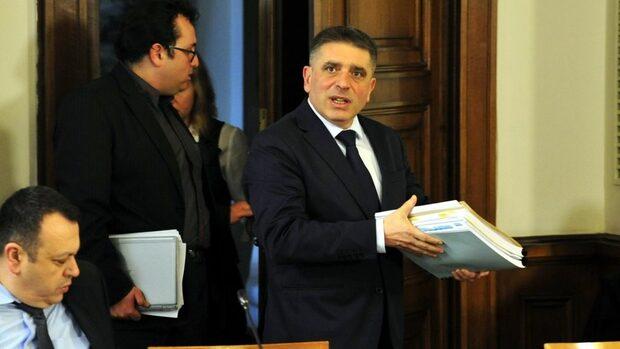 """ГЕРБ и """"Воля"""" премахнаха забраната за обявяване на проучвания в изборния ден, но само в комисия"""