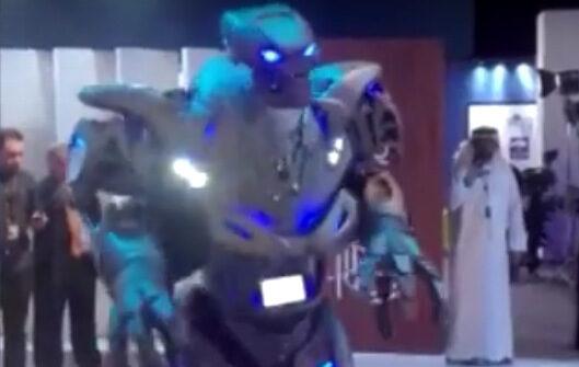 Видео: Робот преразказва лекции в Залива