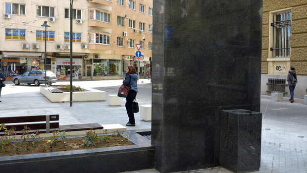 "Душкабина, надгробна плоча, или как столичани видяха каменната стена на площад ""Гарибалди"""