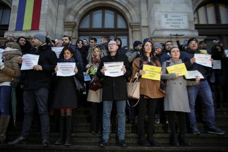 """На мълчаливия протест бяха издигнати плакати """"Магистратите могат да протестират"""" и """"Спрете внезапните промени в законите за правораздавателната система""""."""