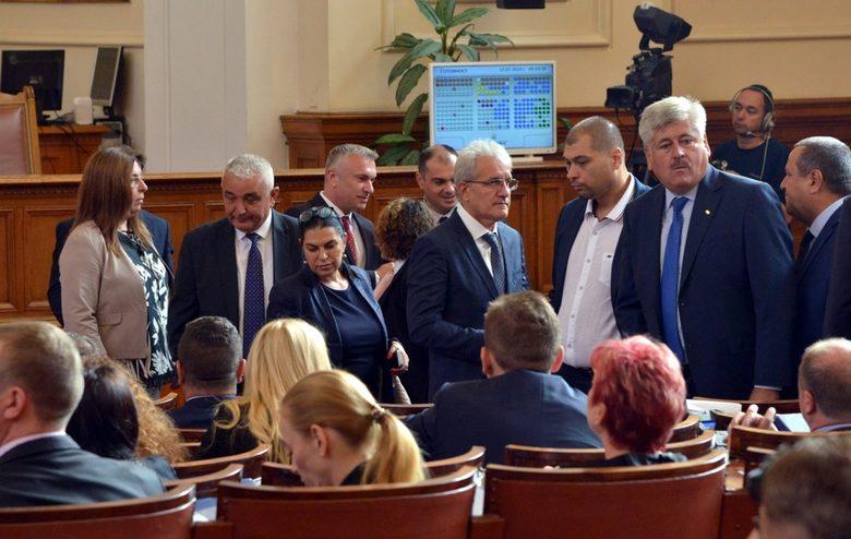 Депутатите от ДПС бяха в залата, но не се регистрираха