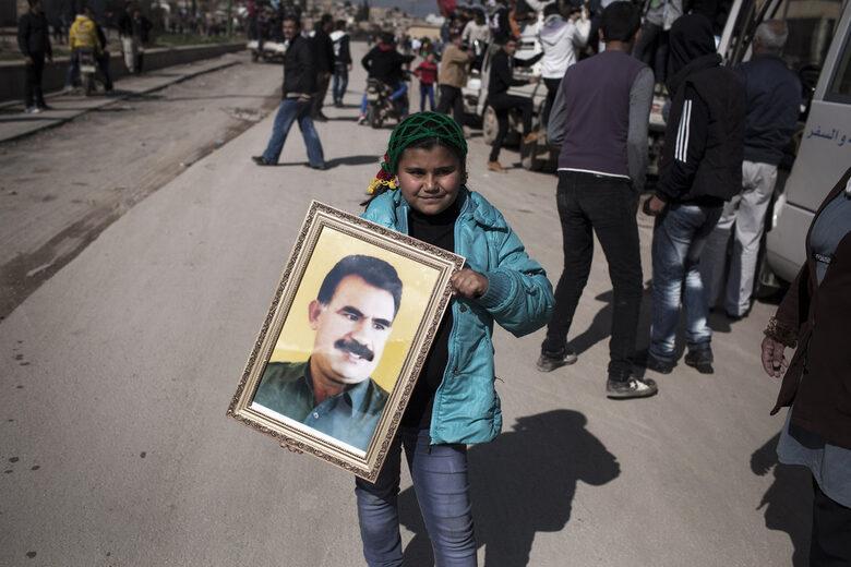Момиче държи портрет на лидера на ПКК Абдуллах Йоджалан в град Камишли, Северна Сирия, 2013 г.