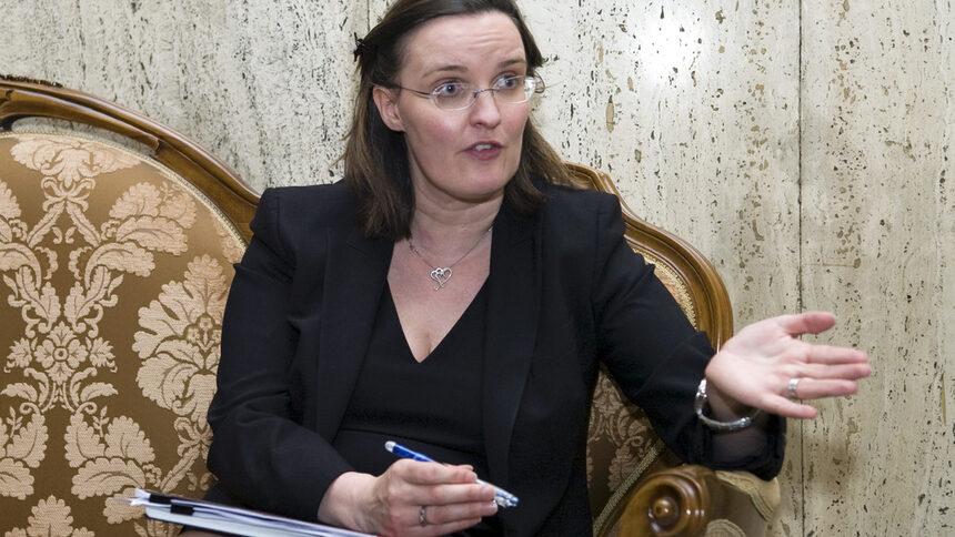 Ръководителят на мисията на фонда за България и Румъния Катрина Пърфилд смята, че правителството трябва повиши размера на фискалния резерв, като ускори приватизацията и увеличи емисиите на държавен дълг