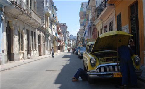 Кубинците вече ще могат да купуват и продават коли