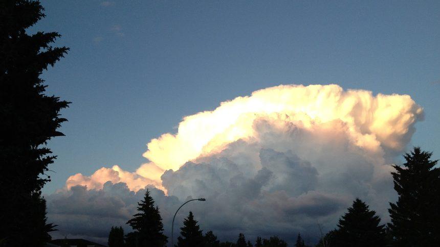 Облак при залез.