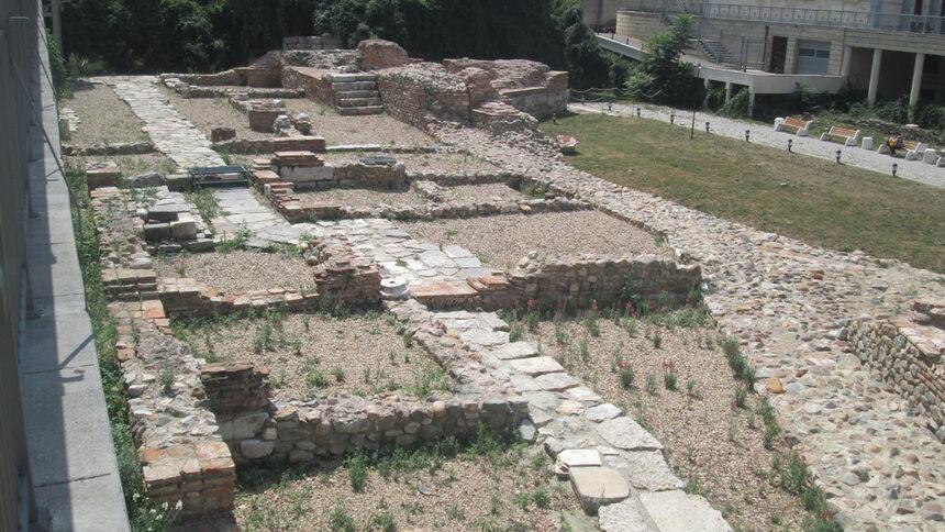 Проучени и експонирани са: участък от крепостна стена(вътрешна и външна), <br />северна петоъгълна кула от портата с проход, части от главна антична улица (декуманус) свързваща западната с източната крепостни порти; северозападна ъглова триъгълна кула; постройки във вътрешността на укрепения град; фрагменти от мозайка на внушителна по размери сграда в североизточната част. <br /><br />