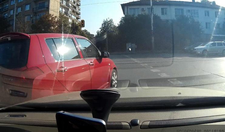 """Опитвайки се да продължа направо на кръстовището (""""Шипченски проход"""" и """"Жендов""""), най-неочаквано бях засечен от автомобил, правещ десен завой от лявата лента. Даже виждайки (надявам се), че ще ме удари, упорито продължи през мен!<br /><br /><a href=""""https://grajdanite.bg/embed/GXnMEcT7Ox"""" target=""""_blank"""">Видео</a><br />"""