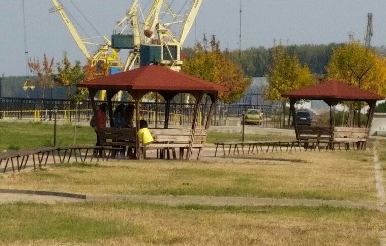 В работен ден крановете на пристанището работят неуморно.