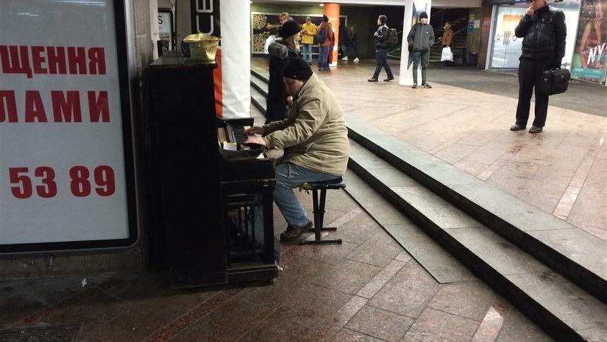 За настроението на всички има пианист. В подлеза на топло в Киев