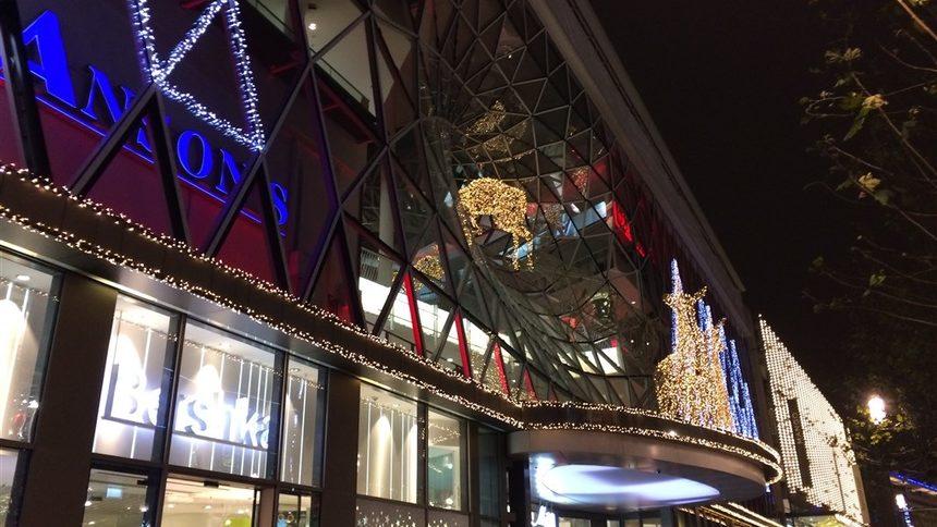 Всички са навън да пазаруват и да се веселят. Разкошна Коледна и новогодишна украса, вярно, че Рудолф се опитва да избяга. Цайл, Франкфурт.