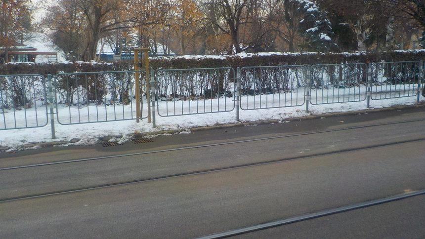 """Улица """"Кракра"""" - само един пример. Разликата в състоянието и проходимостта на пътните настилки е видима."""