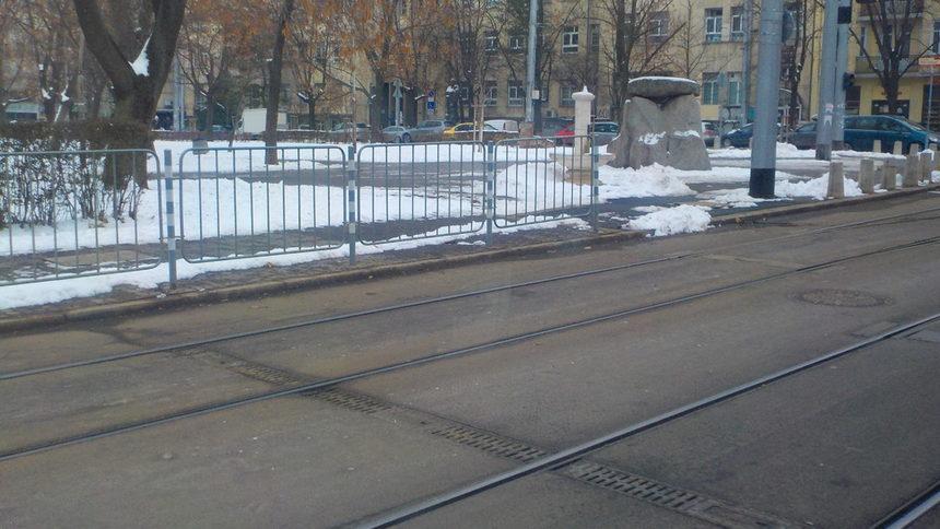 Малко по-разчистено става при светофарите, но натрупаният сняг си стои.