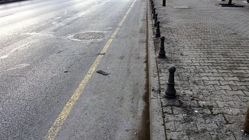 ...или да гълтаме фините и не толкова фини прахови частици в града, защото общината нехае за мръсотията по асфалта и на тротоара. Велoсипедист очевидно не кара по това трасе, а тинята и праха се изхвърля от колите на плочките.