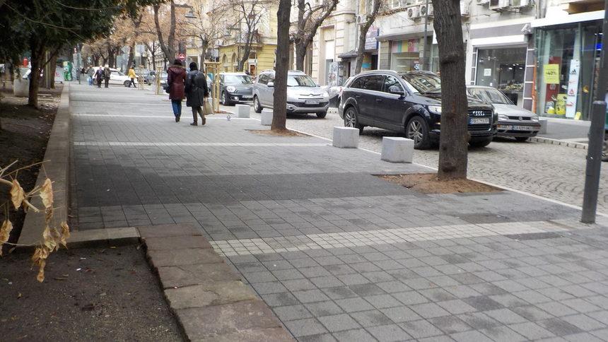 По новооткритата улица все още липсват някои неща като пейки, кошчета, но главната работа е свършена.