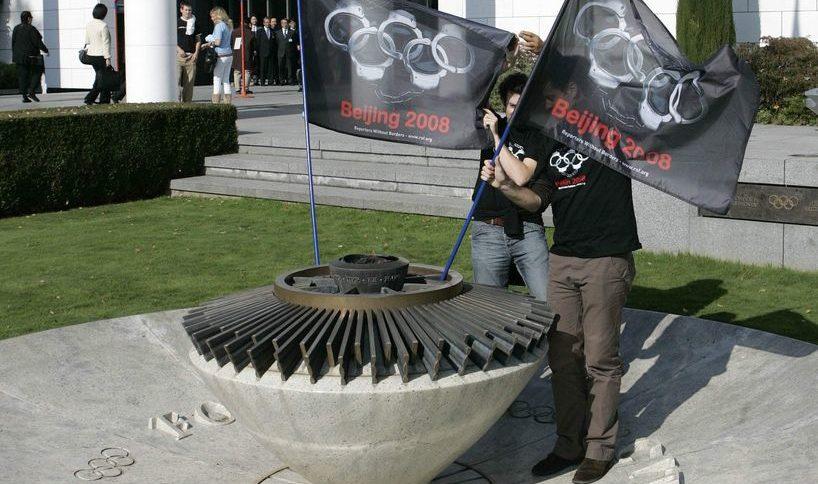 Активисти протестираха пред централата на МОК в Лозана срещу нарушаването на човешките права в Пекин преди олимпиадата в Китай. Голяма част от спонсорите на игрите също изразиха своето притеснение, че подобно отношение към хората в страната може да им направи лоша реклама
