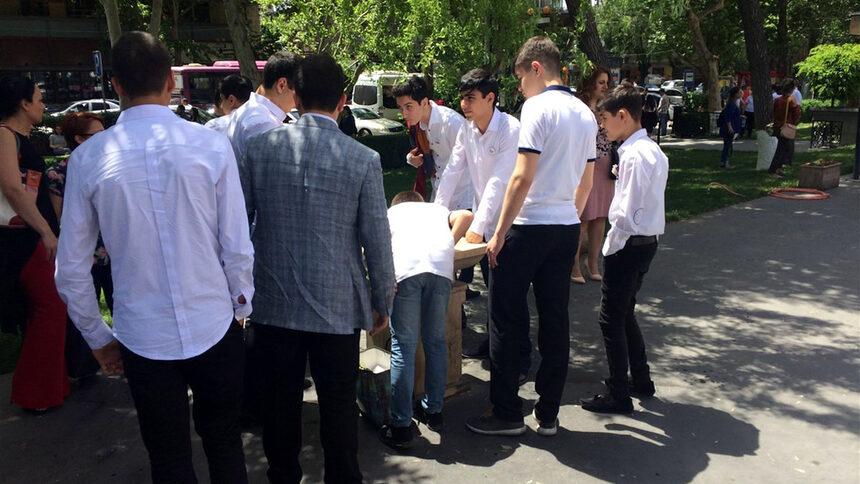 В Ереван учениците завършват училище на 24 май, вероятно поради влиянието на СССР.