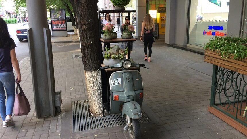 """Денем се """"паркира"""" до ресторанта. И в двата случая привлича вниманието с формата си и с цветята и зеленината, """"натоварена"""" върху него"""