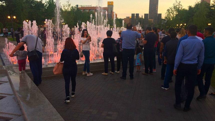 Привечер те се обагрят в различни цветове, които се менят заедно с изригванията на самите фонтани. Паркът е подарък за града от фондацията на двама братя-бизнесмени. Фондацията е поела и отговорността да поддържа парка в следващите 99 години.