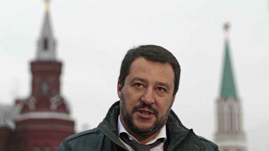 Италианският вицепремиер Матео Салвини говори пред чуждестранни медии край Червения площад в Москва, 18 ноември 2016 г.